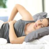 Πώς να ξαπλώσεις για ύπνο αν πονάει η μέση σου