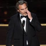 Συγκλόνισε ο Joaquin Phoenix με την ομιλία του στα Oscars για την ισότητα και την αναφορά στον νεκρό αδερφό του