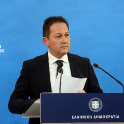 Ο κυβερνητικός εκπρόσωπος, Στέλιος Πέτσας κουρεύτηκε στο σπίτι με δανεική μηχανή