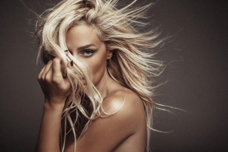 Χίλιες Αγκαλιές: Η Ελεάννα Αζούκη επιστρέφει με νέο τραγούδι!