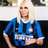 Αυτό είναι το ποσό που προσέφερε η Donatella Versace σε νοσοκομείο του Μιλάνο για τον κορονοϊό