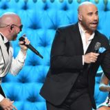 """Ο John Travolta τραγουδάει το τραγούδι της Xenia Ghali """"Get Ready"""" μαζί με τον Pitbull στα βραβεία """"Premio Lo Nuestro2020"""""""