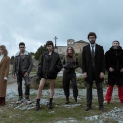 """Λίγες ώρες πριν την πρεμιέρα του La Casa de Papel, οι πρωταγωνιστές της σειράς τραγούδησαν το """"Bella Ciao"""" από τον καναπέ του σπιτιού τους"""