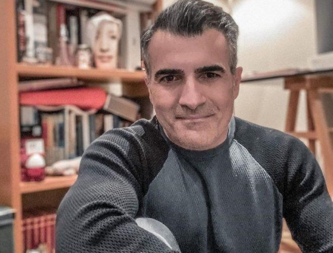 """Ο Παύλος Σταματόπουλος κατέβασε το παντελόνι και έμεινε με το μαγιό του στην εκπομπή """"Έλα, χαμογέλα"""""""