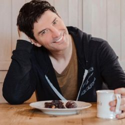 Ο Σάκης Ρουβάς μας δείχνει το υγιεινό πρωινό που απολαμβάνει καθημερινά