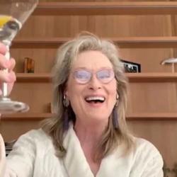 Η Meryl Streep πίνει κοκτέιλ-τραγουδά με το μπουρνούζι της και γίνεται Viral σε λίγα λεπτά