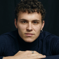 Arón Piper: Ο πρωταγωνιστής του Elite να ποζάρει χωρίς πουκάμισο και αναστατώνει