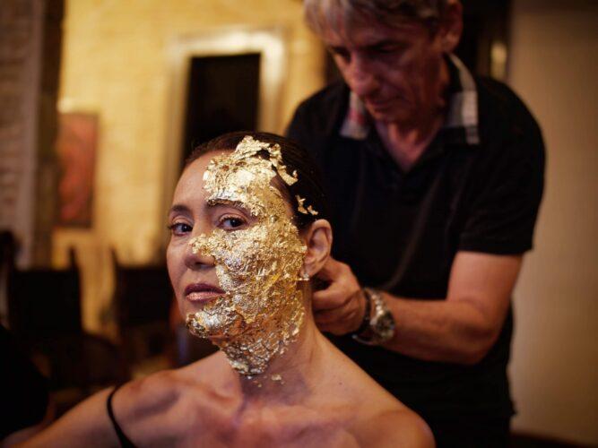 Μακιγιάζ για την Ηρώ Μουκίου με χρυσό 24 καρατίων