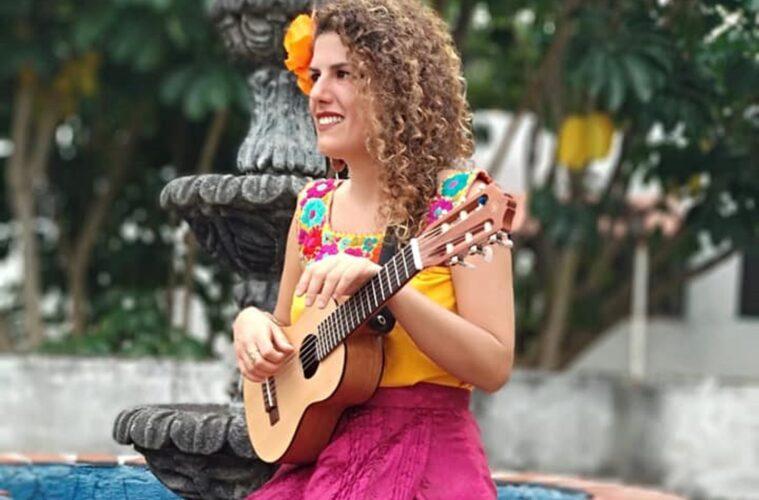 Στέλλα Παππά: Η Ελληνίδα τραγουδοποιός που ταξιδεύει τον κόσμο, αποκλεισμένη στο Μεξικό