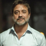 Enrique Arce: Με θέα την Σαντορίνη ποζάρει ο «Αρτουρίτο» του La Casa de Papel