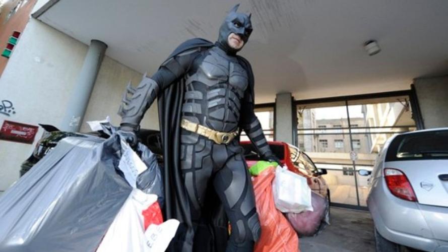Ο Batman μοιράζει φαγητό στους άστεγους του Σαντιάγο