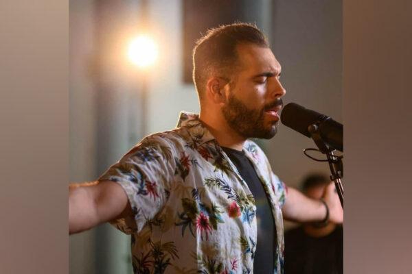 Ο ταλαντούχος Βαγγέλης Λελετζής κυκλοφορεί ένα Halfplugged Medley με υπέροχα τραγούδια