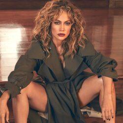 Η εκρηκτική εμφάνιση της Jennifer Lopez μόνο με μία καμπαρντίνα έγινε viral!