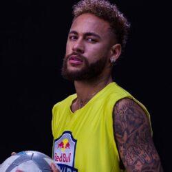 """Δείτε τον Neymar να ποζάρει με πρωταγωνιστή του """"Elite"""" στις καλοκαιρινές του διακοπές"""