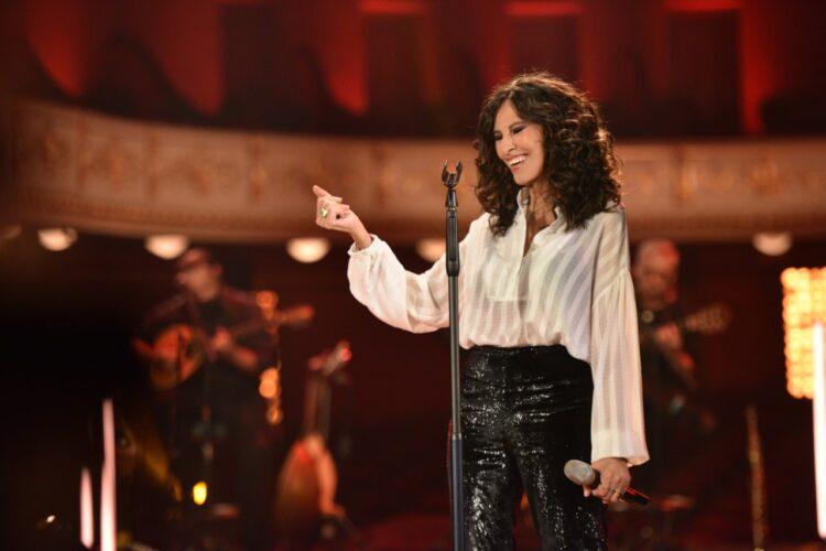 Ελευθερία Αρβανιτάκη – Κλειδαριές: Ερμηνεύει μοναδικά το τραγούδι της Ελεάνας Βραχάλη