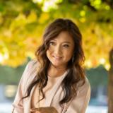 """Ashley Park: Πρωταγωνίστρια του """"Emily in Paris"""" μιλάει για την περιπέτειά της με τον καρκίνο"""
