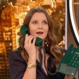 Η Drew Barrymore διδάσκει πώς χρησιμοποιείτε ένα τηλέφωνο και γίνεται viral