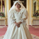 """Emma Corrin: To νυφικό που φόρεσε ως """"Νταιάνα"""" στο """"The Crown"""" κόστισε περισσότερο από το αυθεντικό!"""