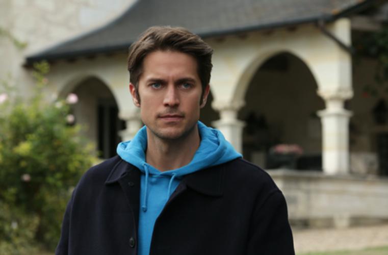 """Lucas Bravo: Ποιος είναι ο Gabriel που υποδύεται τον chef στη σειρά του Netflix """"Emily in Paris"""" και όλες θα ήθελαν για γείτονα"""