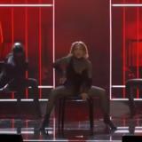 Η εμφάνιση της Jennifer Lopez στα φετινά βραβεία AMA εντυπωσίασε και έκανε όλο τον πλανήτη να συζητά για αυτή