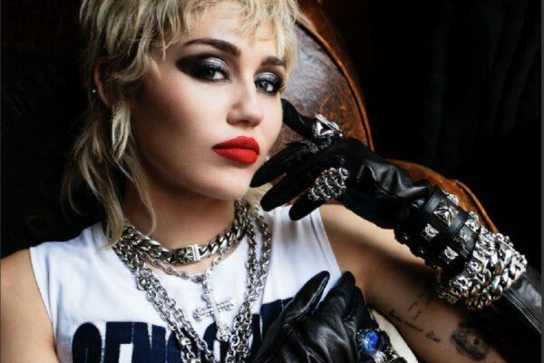 Plastic Hearts: Η Miley Cyrus κυκλοφορεί το νέο της άλμπουμ
