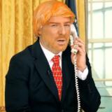 Η απίστευτη μεταμφίεση του Νίκου Μουτσινά σε Donald Trump