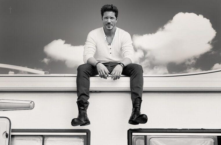Νίκος Οικονομόπουλος: Backstage φωτογραφίες από το video clip του «Εμένα Να Ακούς»