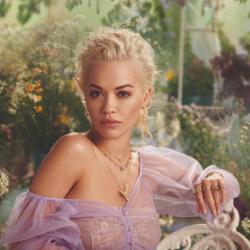 Η Rita Ora έκλεψε τις εντυπώσεις με δημιουργία Έλληνα σχεδιαστή!
