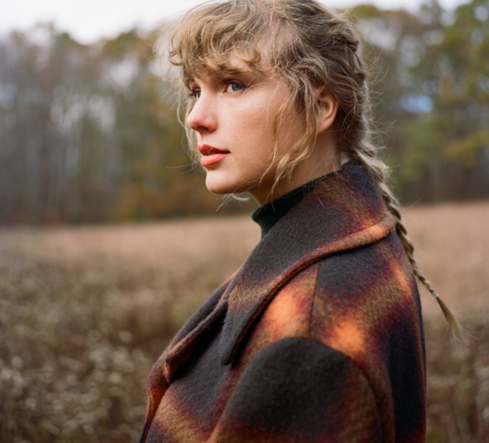 Η Taylor Swift κάνει ανάρπαστο ένα παλτό τριών χιλιάδων δολαρίων, το οποίο ξεπούλησε αμέσως