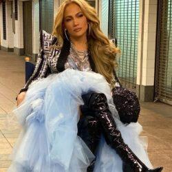 Η Jennifer Lopez ποζάρει με μαγιό τις αναλογίες της