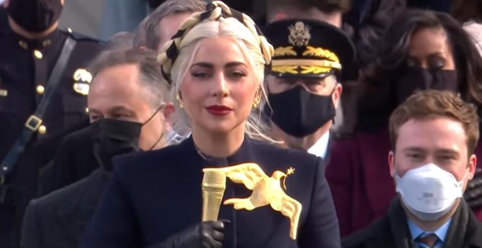 Η Lady Gaga αποκάλυψε τι συμβόλιζε η καρφίτσα και το φόρεμα της στην ορκωμοσία του Joe Biden