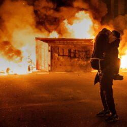 Η φωτογραφία ζευγαριού σε διαδήλωση στη Βαρκελώνη που γίνεται viral