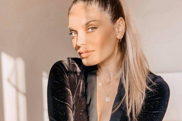Η Χριστίνα Καρόλου επιστρέφει με νέο τραγούδι