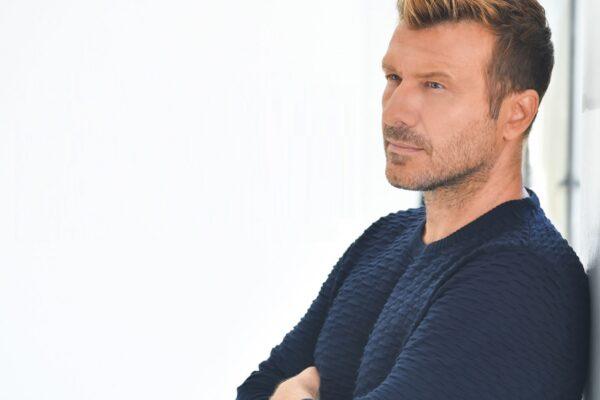 Γιάννης Πλούταρχος – Μόνος Μου: Η νέα επιτυχία του και το εντυπωσιακό music video