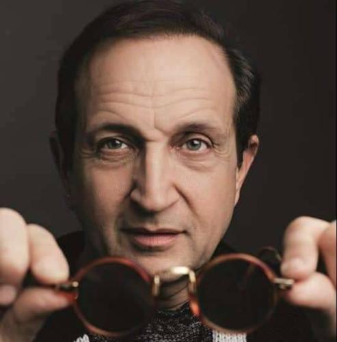 Σπύρος Μπιμπίλας για Πέτρος Φιλιππίδης: «Είναι σα να τιμωρούνται όλοι οι ηθοποιοί που έπαιζαν μαζί του»