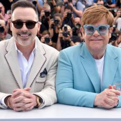 Ο Elton John γιόρτασε τα 74 γενέθλια του με τα «τρία αγόρια» του