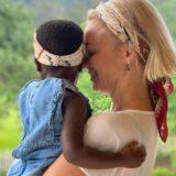 O ιερέας που βρίσκεται στο πλευρό της Χριστίνας Κοντοβά μιλάει για την απόφαση της να υιοθετήσει τη μικρή Ada