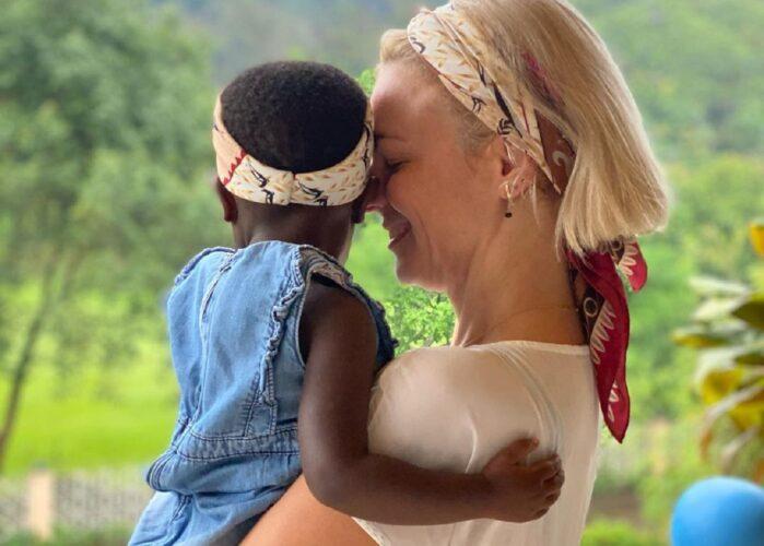 Η νέα φωτογραφία της Χριστίνας Κοντοβά με το κοριτσάκι που θα υιοθετήσει από την Ουγκάντα