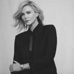 Η Charlize Theron υπενθυμίζει με χιούμορ την ενημέρωση και πρόληψη για τον καρκίνο του μαστού