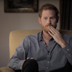 Ο πρίγκιπας Harry γράφει τα απομνημονεύματά του