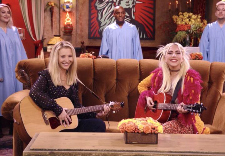 Friends: Η Lady Gaga τραγούδησε μαζί με την Lisa Kudrow τη μεγαλύτερη επιτυχία της Phoebe