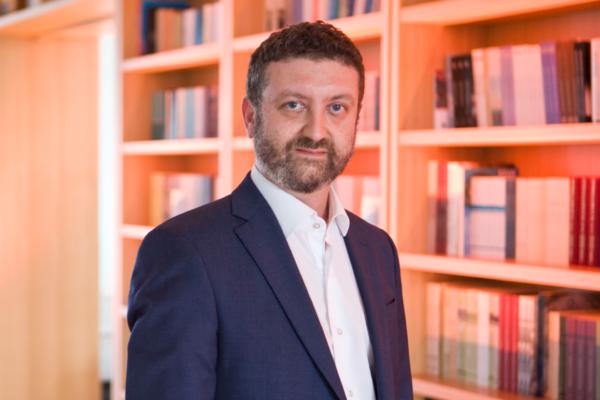 Λεωνίδας Χριστόπουλος: Ο Γ.Γ του Υπουργείου Ψηφιακής Διακυβέρνησης στα γυρίσματα της νέας κωμωδίας «Συμπέθεροι από τα Τίρανα»