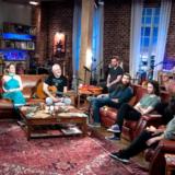 Ο Νίκος Πορτοκάλογλου, η Ρένα Μόρφη & η μπάντα του «Μουσικού Κουτιού» στου «Δρόμου τη χαρά»