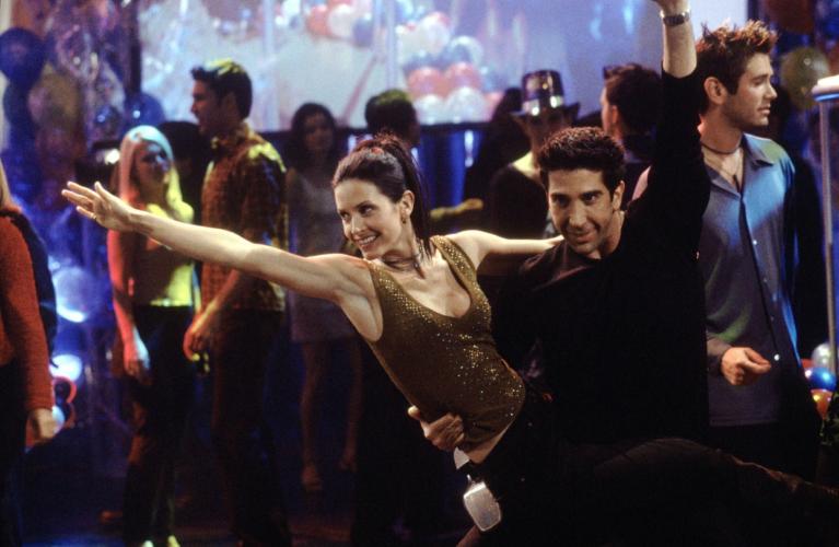 Το viral video της Courteney Cox από την αναβίωση της iconic χορογραφία της «Monica» και του «Ross»