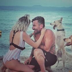 Ο Γιώργος Μαυρίδης μας δείχνει καρέ-καρέ η στιγμή που κάνει πρόταση γάμου στην σύντροφό του