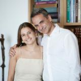 Η τρυφερή ανάρτηση του Κυριάκου Μητσοτάκη με την κόρη του Δάφνη που αποφοίτησε από το σχολείο