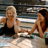 Η Kathryn Hahn μαζί με την Kate Hudson στην Σκιάθο