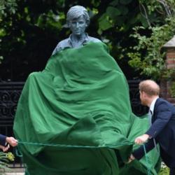 Ο William και o Harry έκαναν τα αποκαλυπτήρια του αγάλματος της μητέρας τους