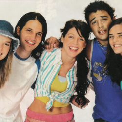 Πρωταγωνιστές της σειράς Floricienta ποζάρουν με τα παιδία τους μαζί 17 χρόνια μετά το τέλος της σειράς
