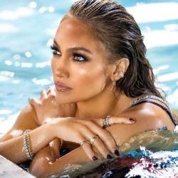 Η Jennifer Lopez ποζάρει με μπικίνι και αναστατώνει